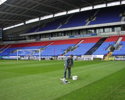 Davy Ottevaere: Bodemstalen nemen in het Reebok Stadium, Bolton Wanderers, Engeland.